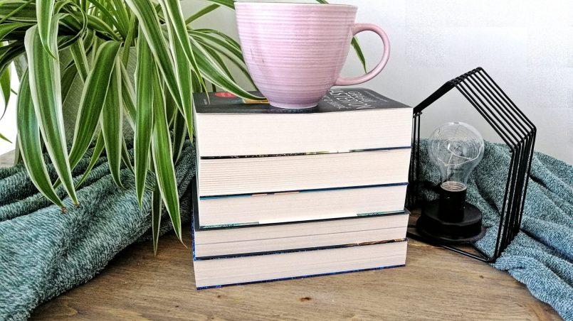 kubek na książkach