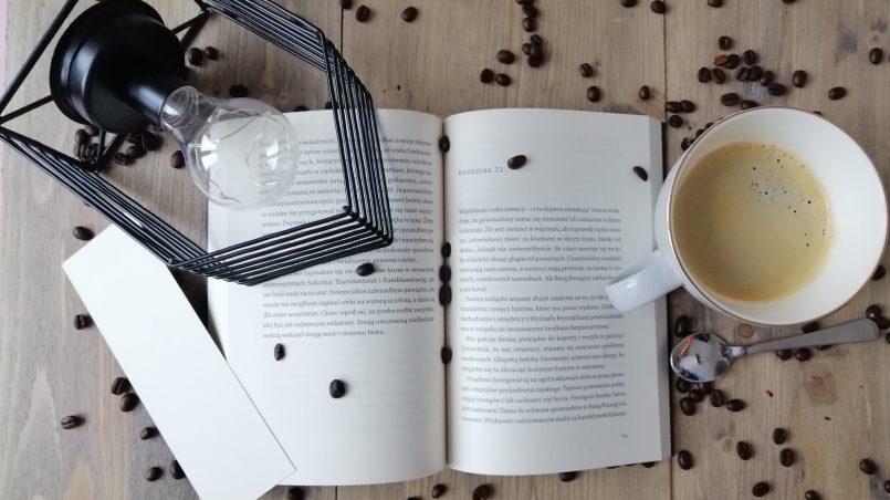 otwarta książka kubek z kawą