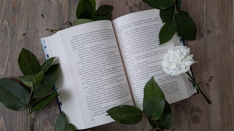 otwarta książka z kwiatkiem