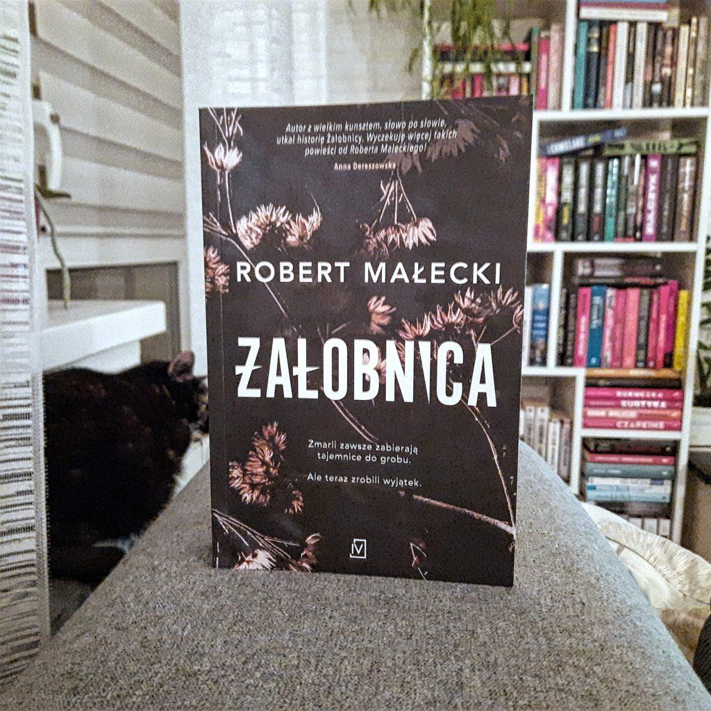 """okładka książki """"Żałobnica"""" Robert Małecki"""