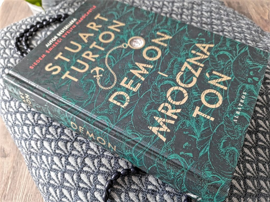 """""""Demon i mroczna toń"""" Stuart Turton"""